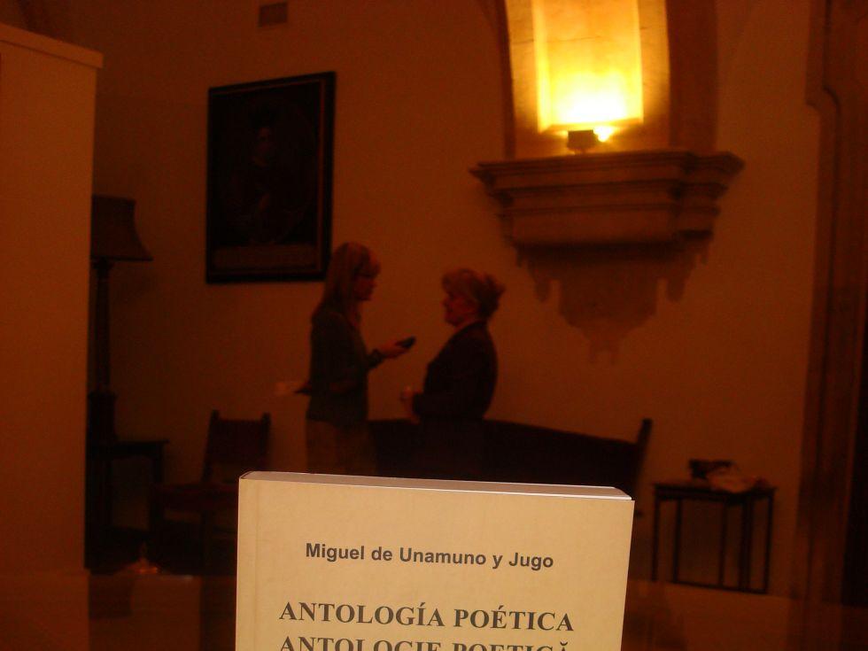 Antología al rumano. Al fondo, Carmen Bulzan entrevistada para la Cadena Ser