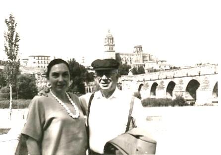 1 Gonzalo junto a su esposa Hilda,  en Salamanca.  A. P. Alencart,  1992