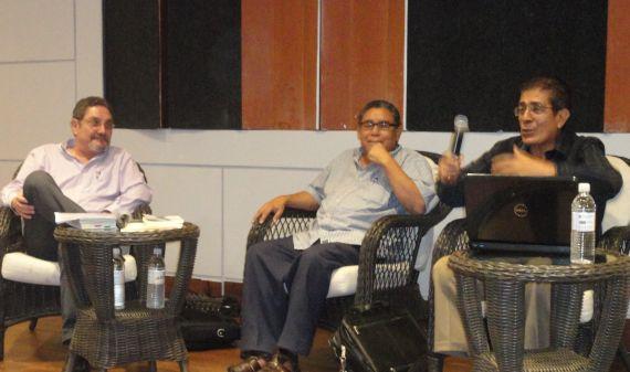 1 Noel Rivas presentando los libros. A la izquierda, Humberto Avilés