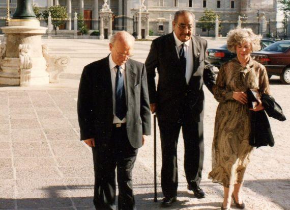 1 Alfonso Ortega, Baquero y Aurora Calviño, entrando al Palacio Real (Foto de A. P. Alencart, junio de 1993)