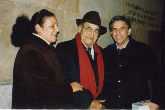 3 Baquero, con los ilusionistas cubanos Isora y Luis Gavilondo, en Salamanca (Foto de A. P. Alencart, 1994)