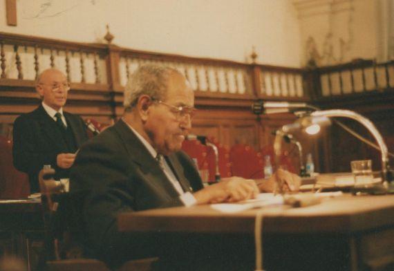 9 Gastón Baquero y Alfonso Ortega, en el Aula Magna de la Pontificia (1993, foto de A. P. Alencart)