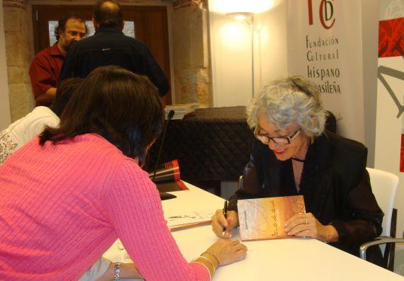 8 Rizolete Fernandes firmando libros en el centro de Estudios Brasileños de la Usal