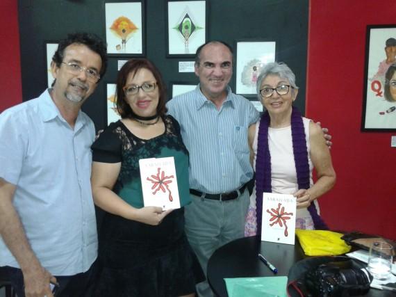 9 Rizolete Fernandes junto al poeta David Leite y otros dos escritores nordestinos