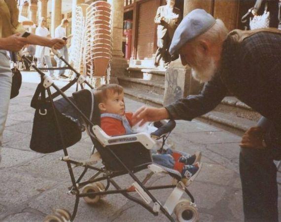 2 Adares en El Corrillo, saludando a José Alfredo Pérez Alencart, hijo de Jacqueline y Alfredo (Foto de A. P. A., 1995)