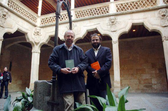 2 Eduardo Chirinos y A. P. Alencart, en la Casa de las Conchas (Foto de Luis Monzón, 16 de abril de 2006)