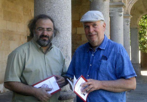 1 El poeta Alfredo Pérez Alencart y el artista plástico Luis Cabrera Hernández, con su libro