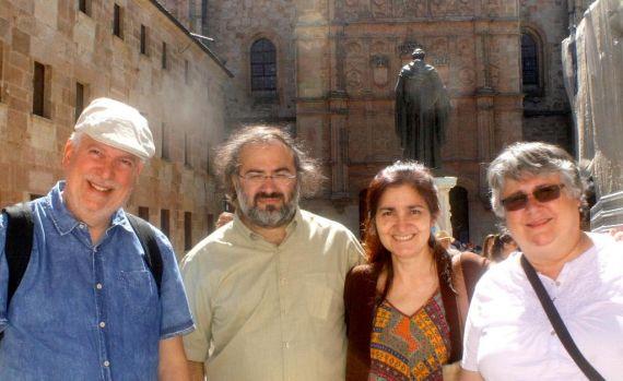 14 Cabrera, Alencart, J. Alencar y M. Rodríguez, con Fray Luis y la fachada de la Universidad al fondo