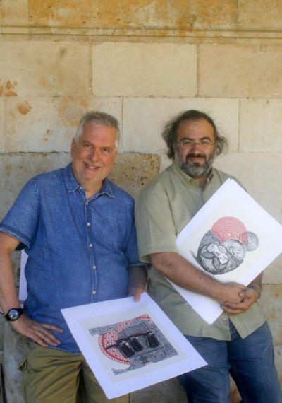 6 Luis Cabrera y A. P. Alencart, con dos de los collages que ilustran el libro