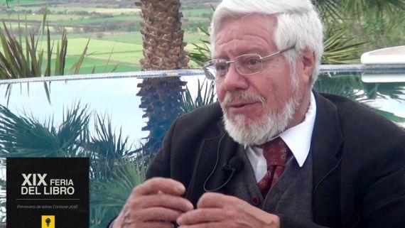 1 El escritor y académico Adolfo Castañón