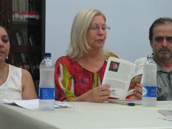 1-aimee-g-bolanos-leyendo-recientemente-poemas-de-su-libro-las-palabras-viajeras-betania-2010-en-la-universidad-de-cartagena-colombia