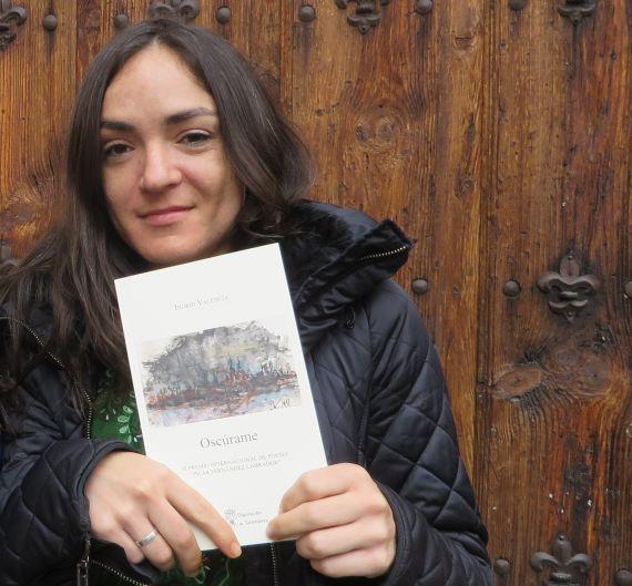8-ingrid-valencia-con-su-libro-premiado