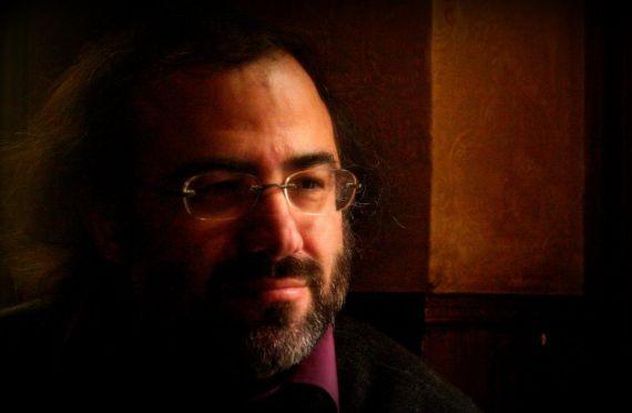 1 El poeta Alfredo Pérez Alencart en The Molly's Cross(Foto de José Amador Martín) (1024x768)