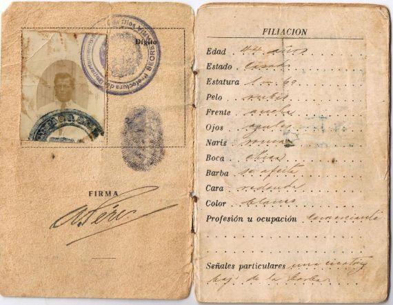 11 Carnet de extranjería peruano del asturiano Alfredo Pérez, abuelo del poeta