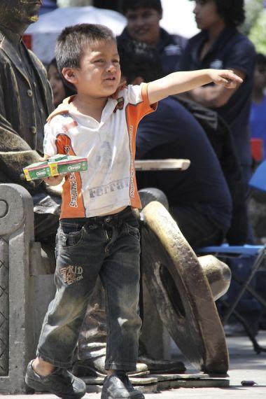 CUERNAVACA, MORELOS, 30ABRIL2014.- Un niño vendedor de chicles juega por un momento en la Plaza de Armas. Según el INEGI, en México laboran más de tres millones de niños y niñas. 44.1 por ciento de éstos no percibe ingresos por el trabajo realizado; 39.1 por ciento no asiste a la escuela. FOTO: PATRICIA MORALES /CUARTOSCURO.COM