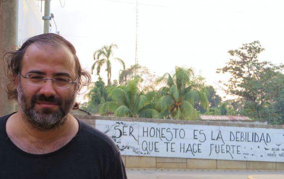6 A. P. Alencart en su ciudad natal (Puerto maldonado, Perú), ante un mural que lleva tres versos suyos