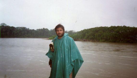 9 Alfredo Pérez Alencart por el río Manu (1992, foto de Rafael Salhuana)