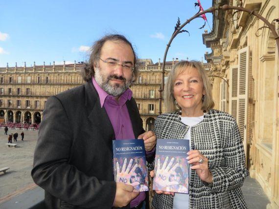 1 Alfredo Pérez Alencart y Cristina Klimowitz, con la antología en el balcón del Ayuntamiento (Foto J. A. Polanco)
