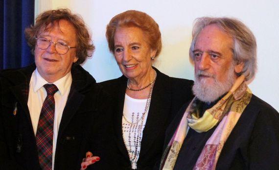 3 Pilar Fernández Labrador, con Juan Cameron y Enrique Gracia Trinidad, ganador y accésit de la segunda edición (Foto José Amador Martín)