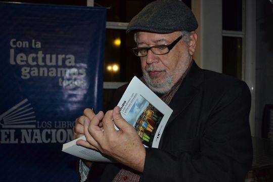 3 Pulido firmando su libro de cuentos