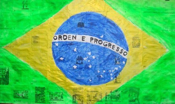 6 Bandera brasileña pintada sobre páginas de una novela de Cláudio Aguiar