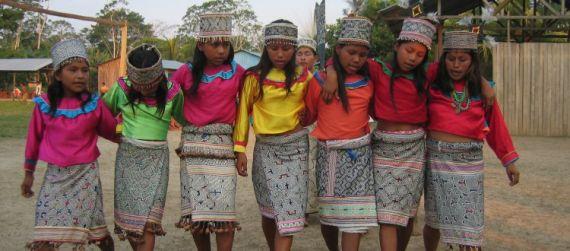 7 Niñas de la etnia shipibo-conibo