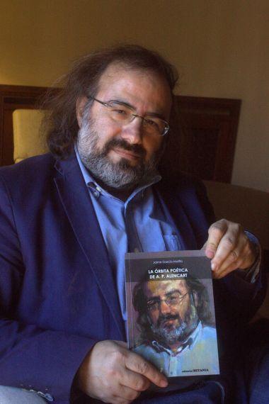 1 El poeta Alfredo Pérez Alencart, con el libro de García Maffla