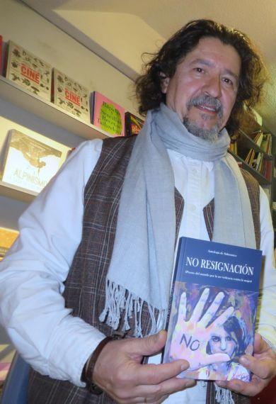 1 Xenaro Ovín con la Antología (foto de Jacqueline Alencar)
