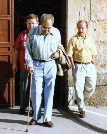 3 Los cubanos Baquero, Mozo (de camisa amarilla) y De la Cuesta (atrás), en Salamanca (Verano de 1994, foto de A. P. Alencart)