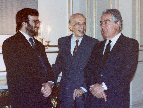 4 A. P. Alencart , E. A. Whestphalen y Álvaro Mutis en el Palacio Real de Madrid, julio 1991 (foto de Jacqueline Alencar)