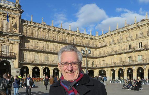 1 El poeta y teólogo Máximo García Ruiz en la Plaza Mayor de Salamanca (foto de Jacqueline Alencar)
