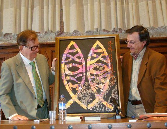 3 Miguel Elías entregando su cuadro Icthus a Monroy (Aula Unamuno de la Usal. Foto de J. Alencar)