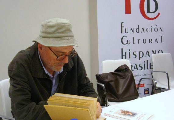 5 Noll escribiendo en el cuaderno de los Pérez-Alencar