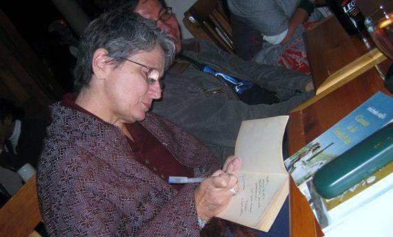 6 Michèlle Najlis firmando un libro
