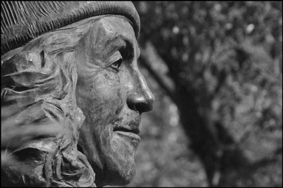 9 Detalle de la estatua de Carmen Martín Gaite en la Plaza de los Bandos (José Amador Martín)