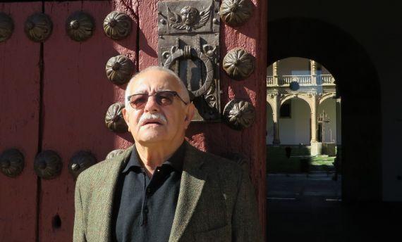 1 Pío E. Serrano en la entrada del Colegio Fonseca de la Universidad de Salamanca (2014, foto de Jacqueline Alencar)