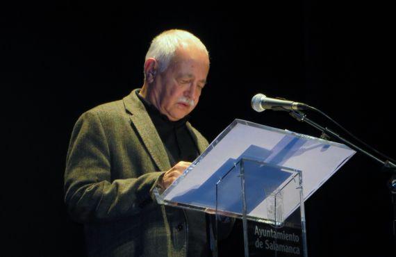 4 Pío E. Serrano leyendo en el Teatro Liceo de Salamanca (2014, foto de Jacqueline Alencar)