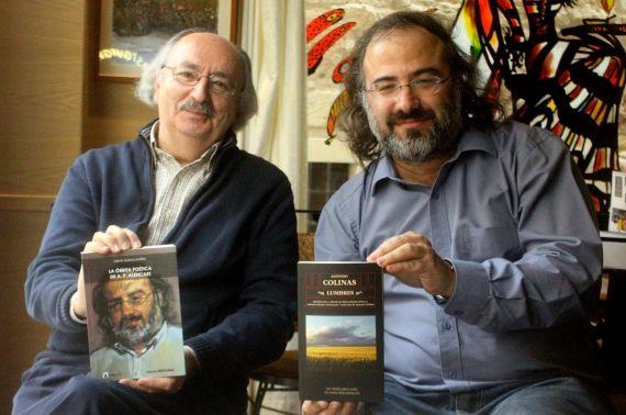 8 Antonio Colinas y Alfredo Pérez Alencart, intercambiando sus libros