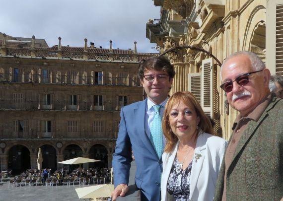 9 Alfonso Fernández Mañueco, Margalit Matitiahu y Pío E. Serrano, en el balcón del Ayuntamiento (2014, foto de Jacqueline Alencar)