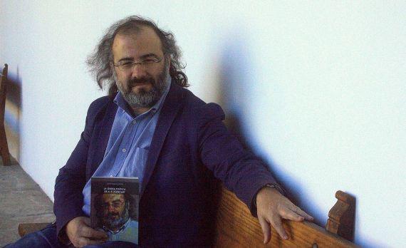 1 Alfredo Pérez Alencart con el libro (foto de José Amador Martín)