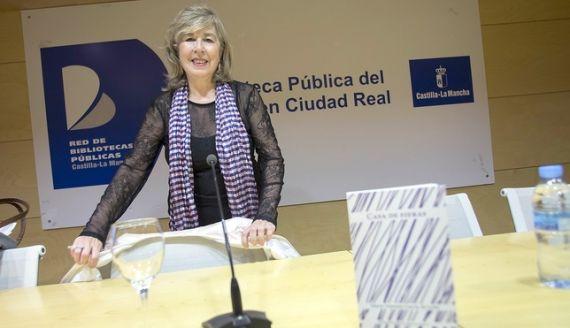 1 María Antonia García de León, presentando su nuevo poemario (Foto de Tomás Fernández de Moya)