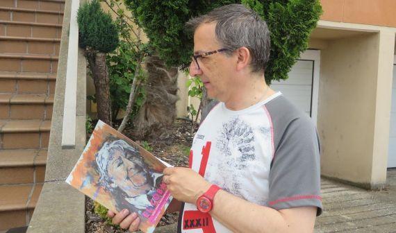 1 Miguel Elías, con la revista que lleva de portada el retrato que él hiciera de Gloria Fuertes