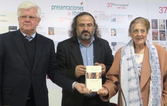 11 El poeta Alfredo Pérez Alencart flanquedo por Stuart Park y Carmen Ruiz Barrionuevo (foto de José da Costa)
