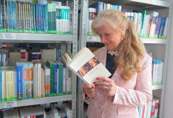 13 La poeta y profesora Carmen Bulzan, antóloga del libro