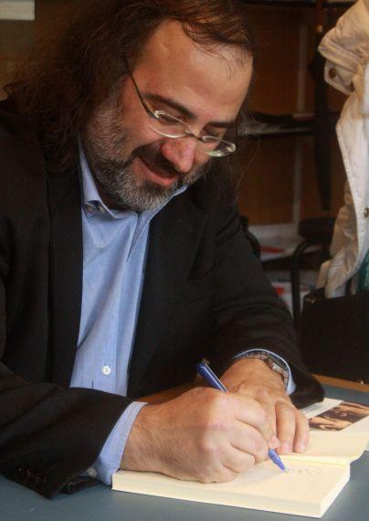 3 A. P. Alencart dedicando una antología (foto de José Amador Martín)