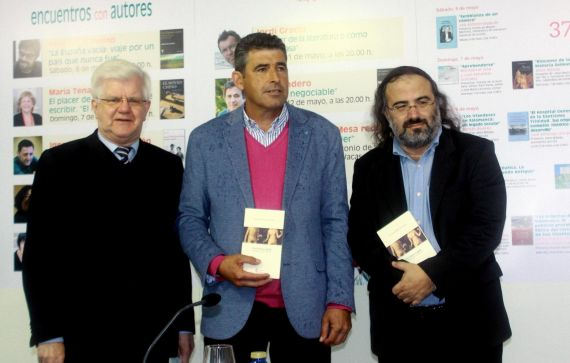 5 El escritor inglés Stuart Park, el diputado de cultura Julián Barrera y A. P. Alencart, en la Feria del Libro de Salamanca (foto de José Amador Martín)