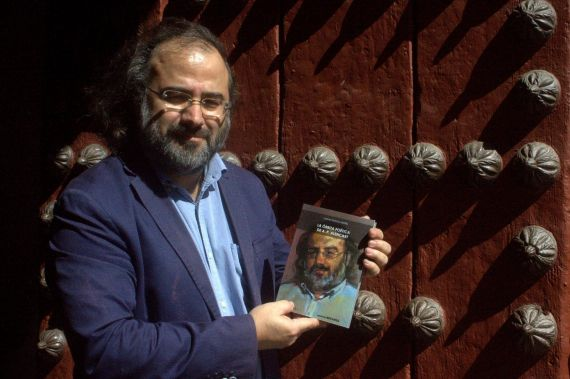 5 Otra imagen de Alencart con el libro escrito por Maffla (fotografía de José Amador Martín)