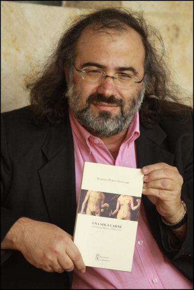 6 Alfredo Pérez Alencart con su antología (foto de José Amador Martín)