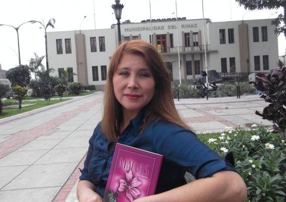 1 La poeta Nora Alarcón, con su poemario 'Malvas'