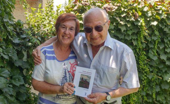 1 Noami y José Luis Najenson, con el libro, en el jardín de su casa en Ashdot (Israel) Foto de Daniel Najenson